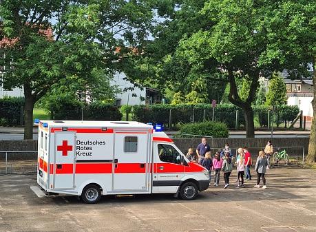 Rettungswagenbesichtigung©Grundschule am Bach
